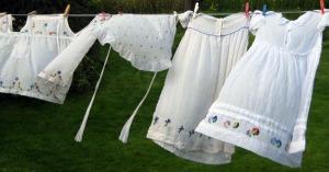 meine Kinder-Sommer-Kleidung - liebevoll von der Mutter bestickt - gewaschen, auf der Leine in meinem Garten getrocknet von einem fremden Wind