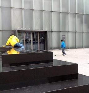 belebte Kunst vor dem Kunsthaus in Bregenz